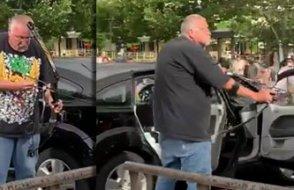 Protestoculara ok ve yayla saldırmaya kalkan ırkçı linç edildi