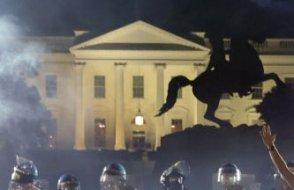 Protestocular Beyaz Saray'ın kapısına dayandı