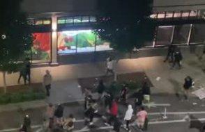 Göstericiler Amazon'u yağmaladılar