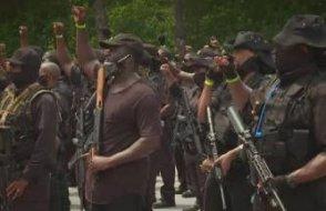 Siyahiler ağır silahlarla sokağa çıktı