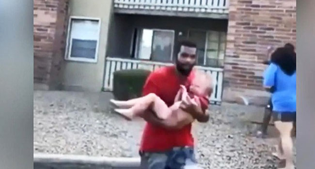 ABD'de 3. kattan düşen çocuğu eski futbolcu böyle kurtardı