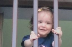 Azra Bebek annesiyle birlikte hapse girdi