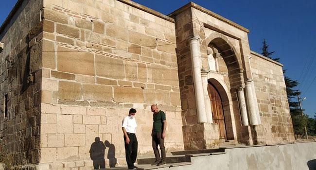 700 yıllık kervansaraya beton!