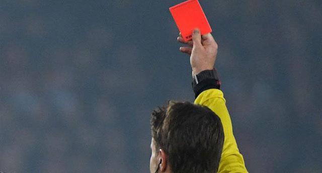 Kasten öksüren futbolcuya kırmızı kart geliyor