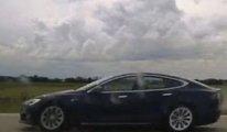 Kanadalı bir Tesla sürücüsü oto-pilotta 150 km hızla giden arabada uyurken yakalandı
