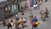Petrol zengini Venezuela'da benzin sıkıntısı: Halk eşekle yolculuk ediyor