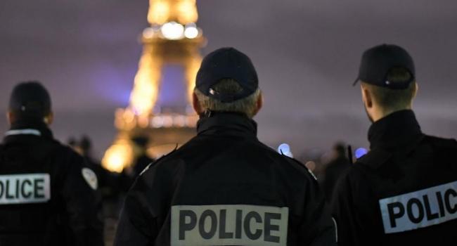 Fransa'nın başkenti Paris'te küçük uçak düştü