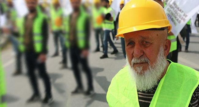 İş bulamayan yaşlılar geçinebilmek için inşaatlarda çalışıyor