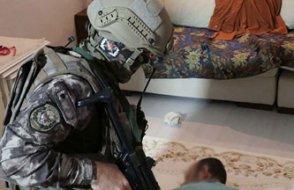 Şafak vakti sırtına tüfek dayanan KHK'lı: Çocuğu uyandırmayın lütfen!