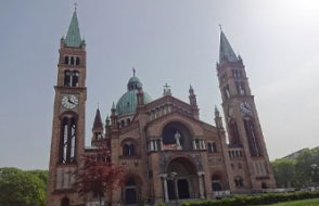 Avusturya'da bir grup genç kilise bastı