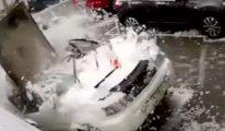 Arabasını temizlerken binanın üstünden düşen beton parçasından saniyelerle kurtuldu