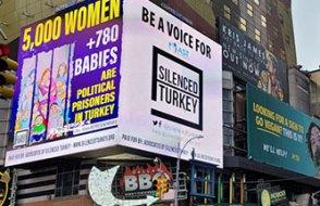 Türkiye'deki hak ihlalleri ve kadın cinayetleri New York'un reklam panolarında