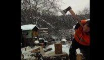 Kolları olmayan adam balta ile nasıl odun kestiğini gösterdi