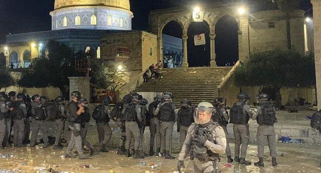 İsrail polisinden Aksa'da namaz kılanlara ses bombası ve plastik mermiyle baskın