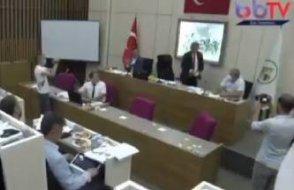 CHP'li Bolu Belediye Başkanı Tanju Özcan AKP'li üyelere çay fırlattı