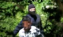 Sığınmacılara şiddet uygulayan maskeli kişiler AB polisleri