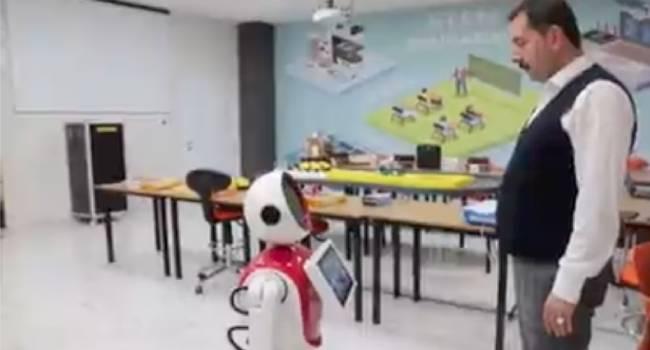 AKP'li başkan kendisine, dalkavuk robot yaptırdı