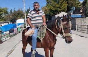 Akaryakıta zam gelince arabasını satıp at aldı