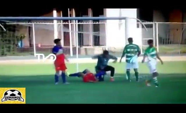 Rakip oyuncunun çenesine tekme atan kaleciye tarihi ceza