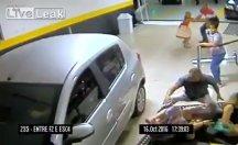 Kadın sürücü otoparktaki kalabalığın üzerine daldı