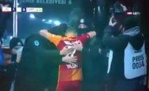 Yasin Öztekin gol sevincini polislerle yaşadı