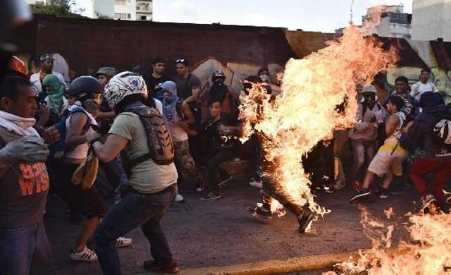 Venezuela'da bir kişi üzerine benzin dökülerek yakıldı