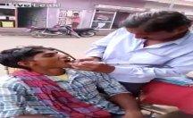 Hindistan'daki sokak dişçileri şaşırtıyor