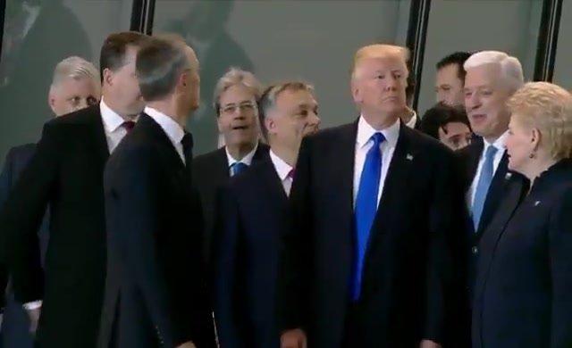 Trump Nato aile fotoğrafı çekimi sırasında Karadağ Başbakanı Duşko Markoviç'i itti
