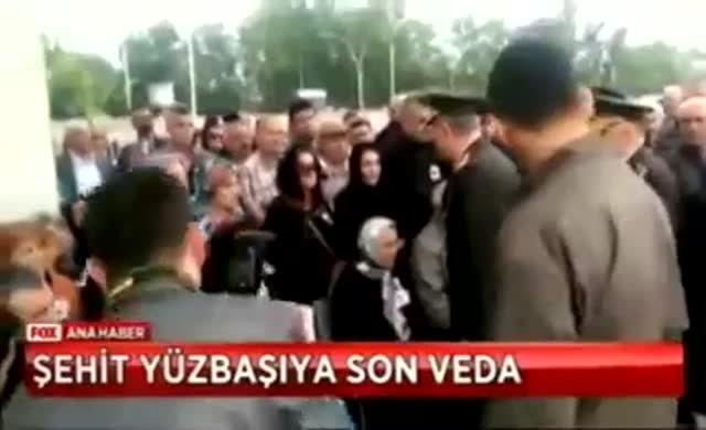 Şehit Yüzbaşı'nın eşi, Hulusi Akar'ın elini havada bıraktı