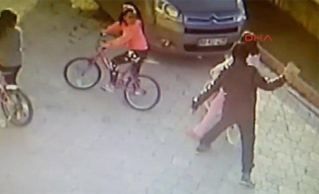 9 yaşındaki kız çocuğuna parke taşıyla vurma anı kamerada