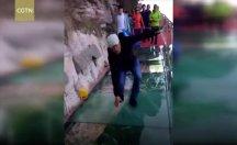 Çin'deki cam köprü yürekleri ağza getirdi