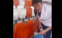 Galibiyet sonrası Japonlar stadyumu temizlediler...