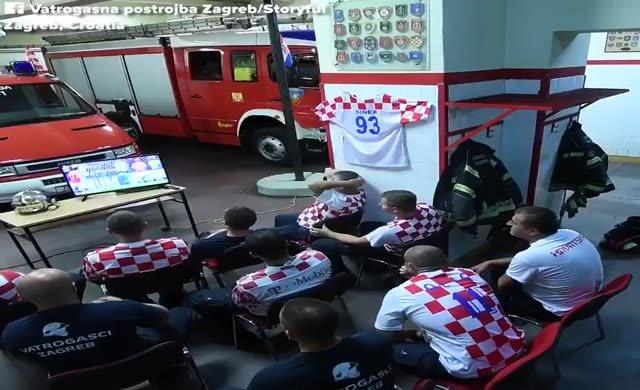 Maç seyreden Hırvat itfaiyecilerin görüntüsü olay oldu