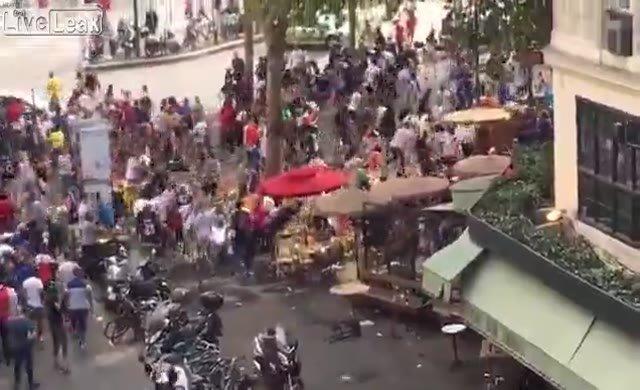 Paris'te sokaklar karıştı...