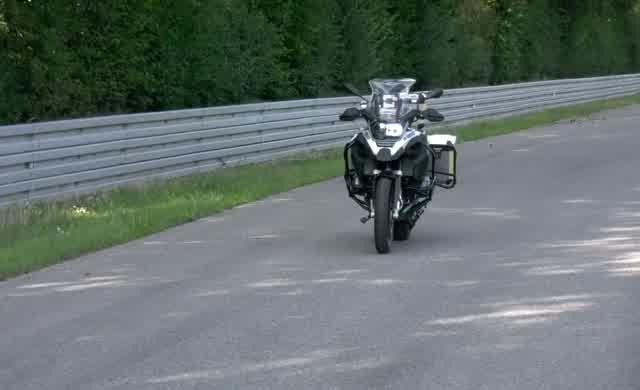 BMW'nin sürücüsüz motosikleti ilk turunu tamamladı