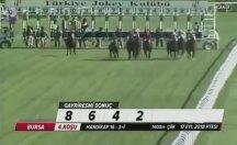 Jokeyini sırtından atan at, yarışı 1. sırada tamamladı
