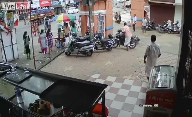 Motorsikletile duvara çarptı
