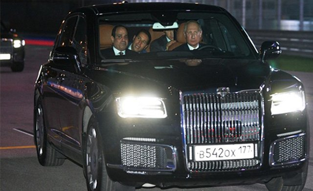 Putin, Sisi'yi özel araç ile gezdirdi