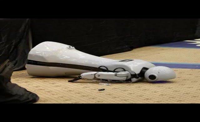 Konya'da üretilen ilk insansı robot kontrolden çıkıp sahneden düştü