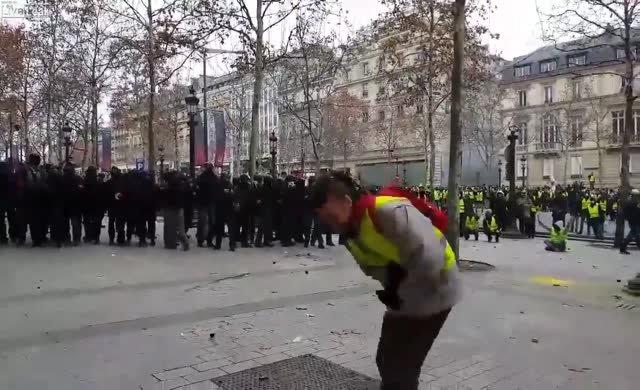 Polisin göstericiyi vurma anı!