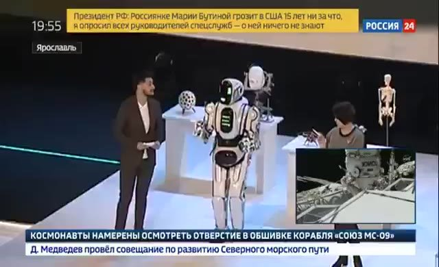 Rusya'da ileri teknoloji ürünü diye övülen robotun içinden insan çıktı