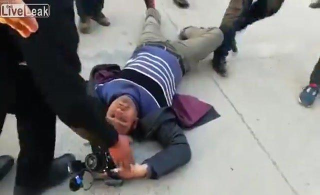 Eski Başbakan'ın korumaları kameramanı dövdü