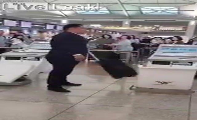 Çantası uçağa alınmayan yolcu havaalanını birine kattı