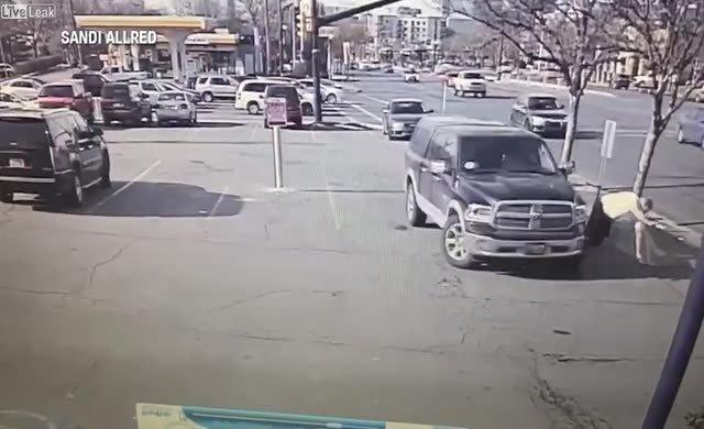 Otoparkta tartıştığı adamı ezmeye çalıştı