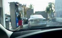 Elektrikli otomobili benzinle doldurmaya çalışan sürücü