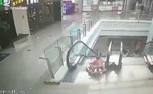 Yürüteçteki bebek yürüyen merdivenden aşağı yuvarlandı