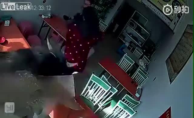 Kafeye dalan boğa 2 kişiyi yaraladı