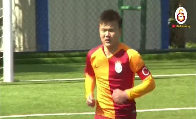 Galatasaraylı genç futbolcudan örnek hareket.