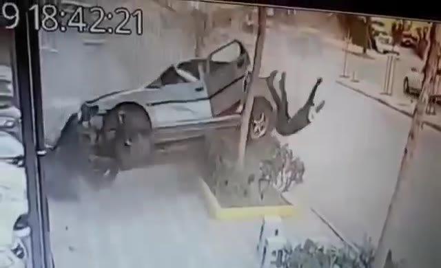 Takla atan otomobilden inanılmaz kurtuluş