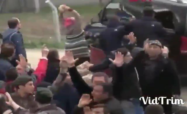 Ankara'da resmi araçlar taşlarla böyle tahrip edildi
